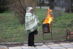 Жена запали кош за боклук в Морската градина на Варна, за да се стопли