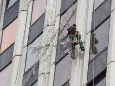 Свалят коледната украса от сградата на община Варна