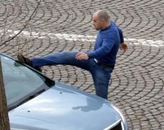 Бесен шофьор мутрее в София, чупи огледало на кола