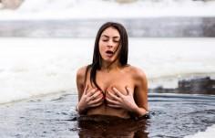 Снимки и видео: Жена се топи гола в ледени води, за да изглежда млада