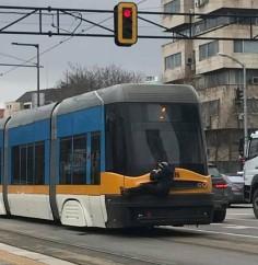 Нова кретенска мода в София: Ето как се вози младеж на трамвай