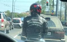Моторист развесели цяла България с надпис на якето си