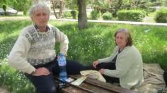 Семейство живее на пейка край гарата в Кюстендил. Мъжът моли за работа