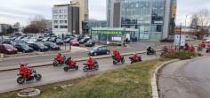 Мотористи, облечени като Дядо Коледа, раздават подаръци