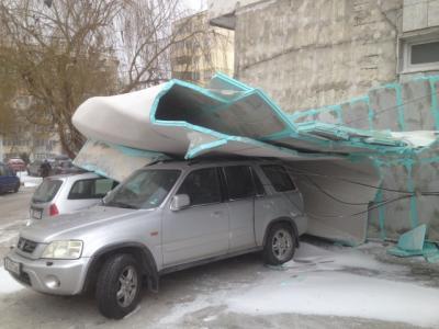 Силният вятър събори изолация на блок във Варна