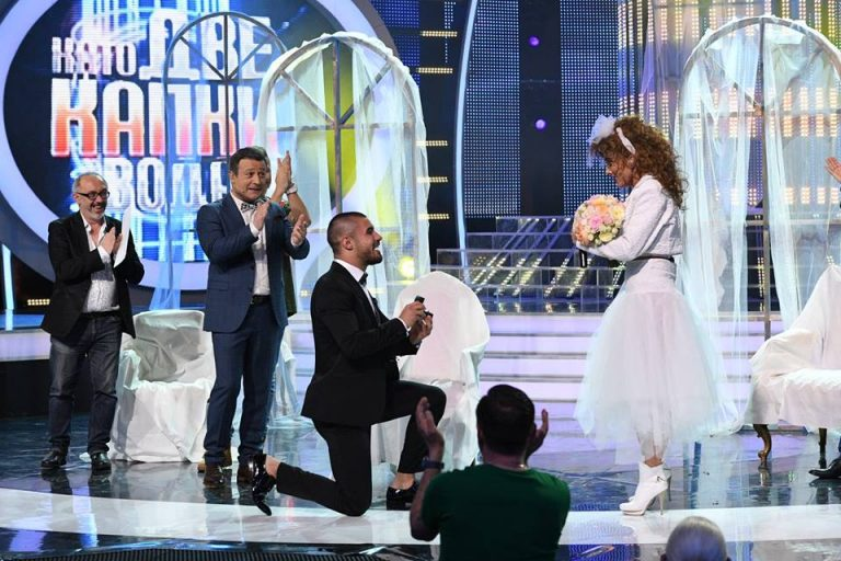 """Видео: Златка Райкова се сгоди на сцената на """"Като две капки вода"""""""
