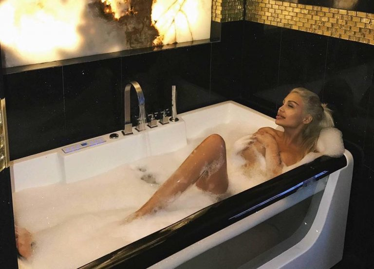 Джулиана Гани позира във ваната
