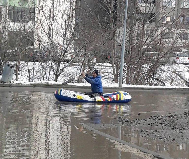 След снеговете София стана като Венеция, мъж се придвижва с лодка