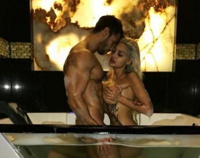 Джулиана Гани позира с мъжа си в прозрачна вана
