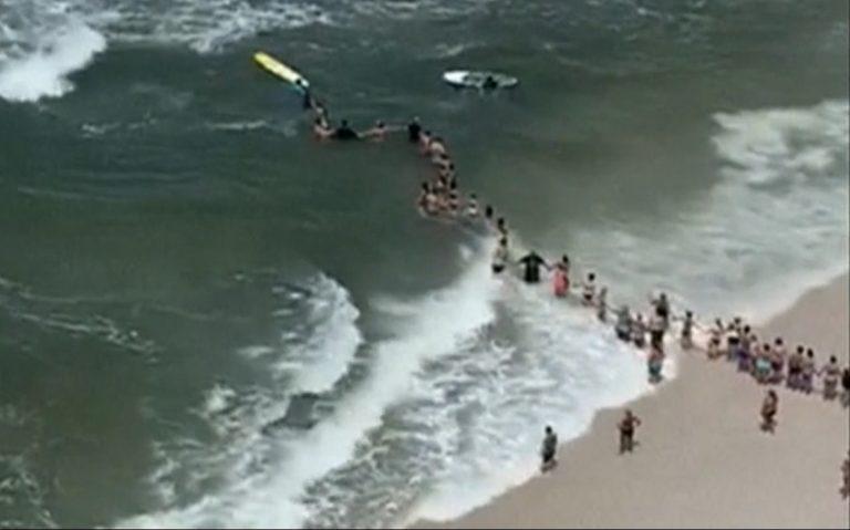 Жива верига от 100 души спаси двама давещи се във Флорида