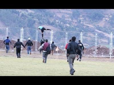 Видео: В Перу съдия гонен от фенове прескочи 3 метрова ограда